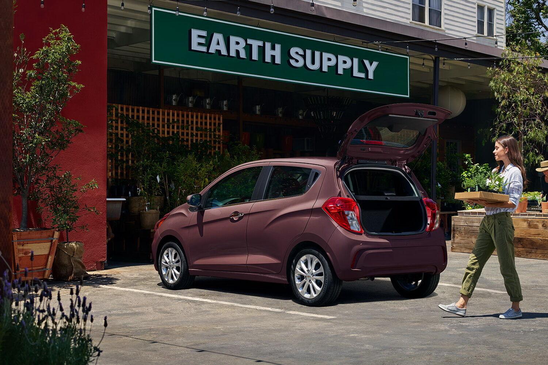 У разі складених спинок задніх сидінь об'єм багажника Chevrolet Spark досягає 770 л