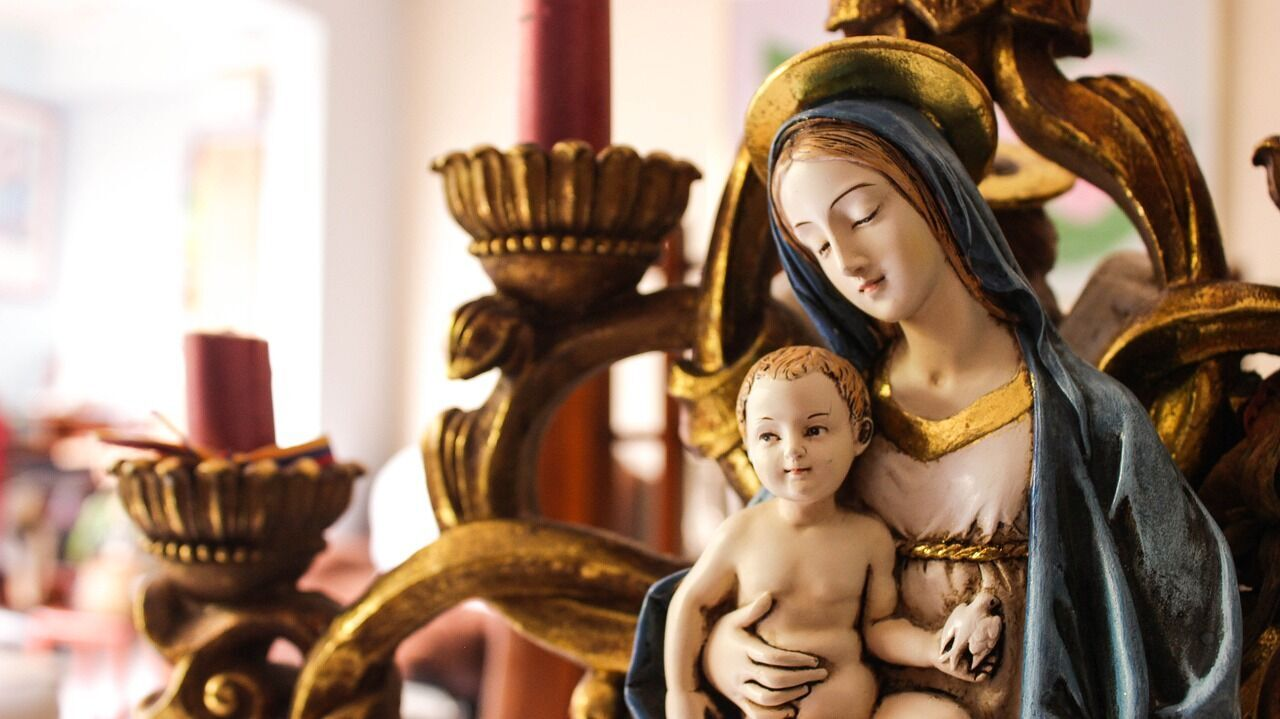 В Рождество люди отправляются в церковь на праздничное богослужение
