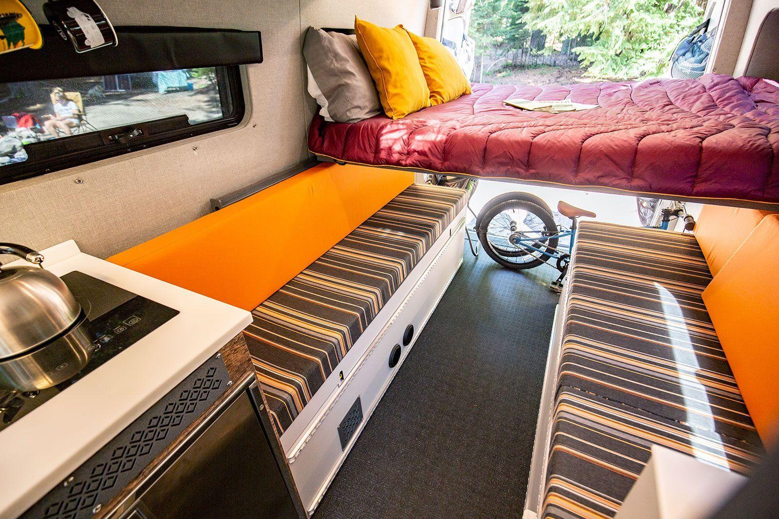 В зависимости от компании в салоне можно организовать несколько спальных мест