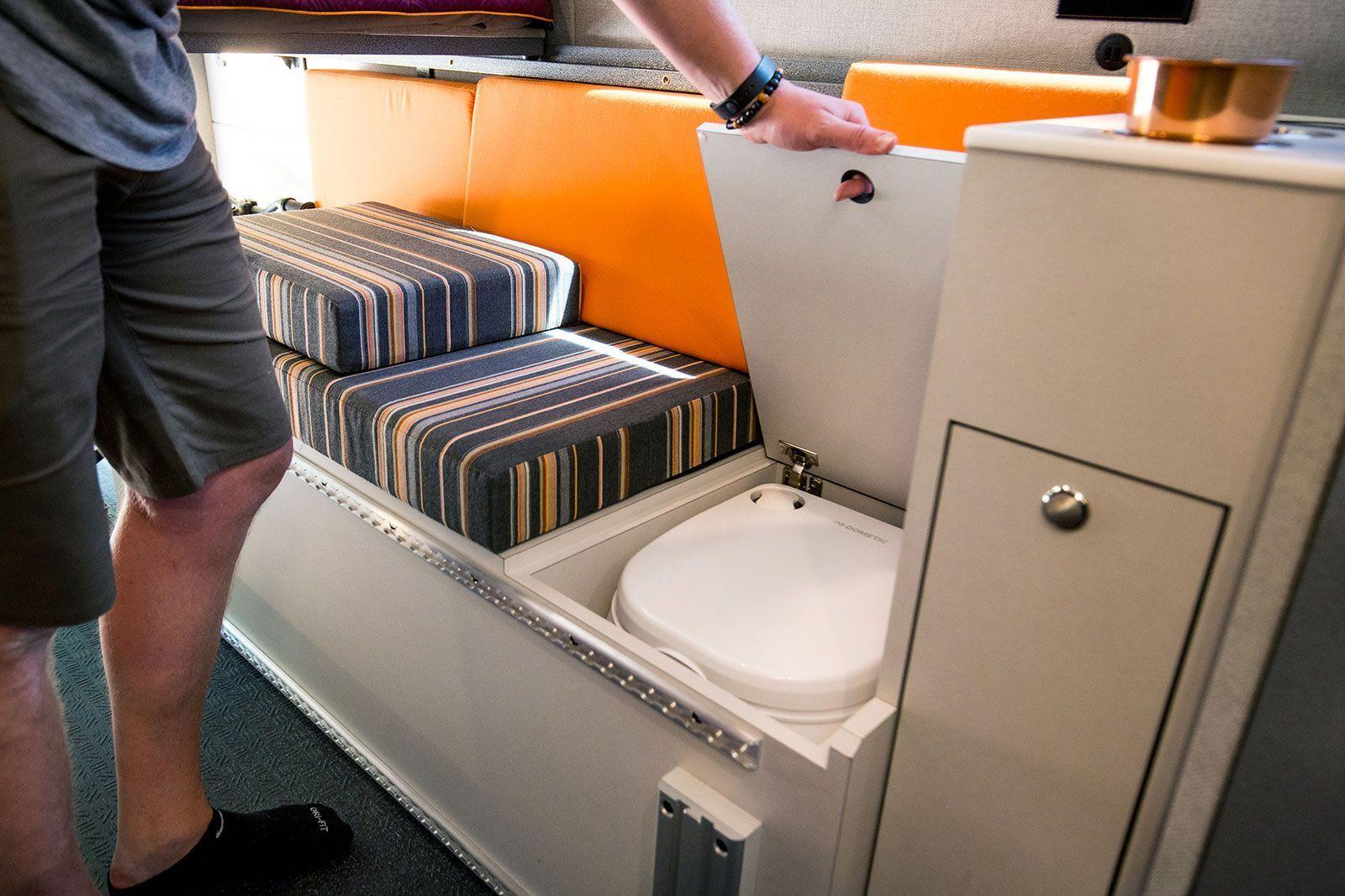 Кемпер снабжен электроплитой, мойкой, холодильником, всей необходимой кухонной мебелью, двумя душевыми и биотуалетом