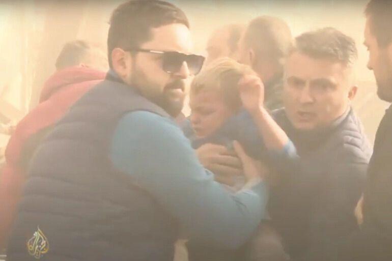 Спасение мужчины и мальчика из-под завалов