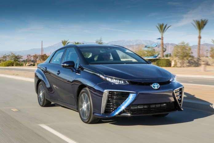 Воднева Toyota Mirai всім своїм виглядом демонструвала, що прийшла з майбутнього