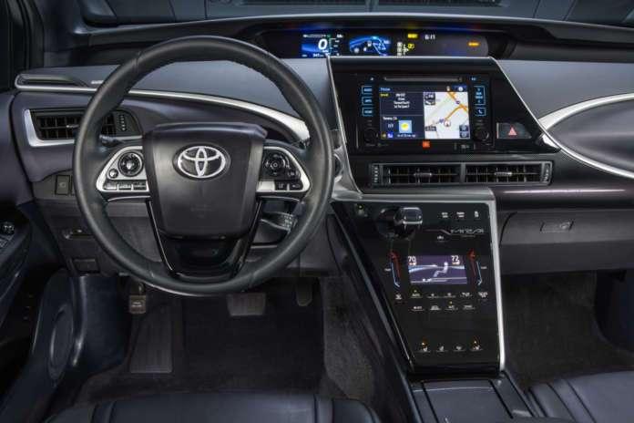 Салон Toyota Mirai получился странным: ничего непонятно, но все мигает и выглядит технологично