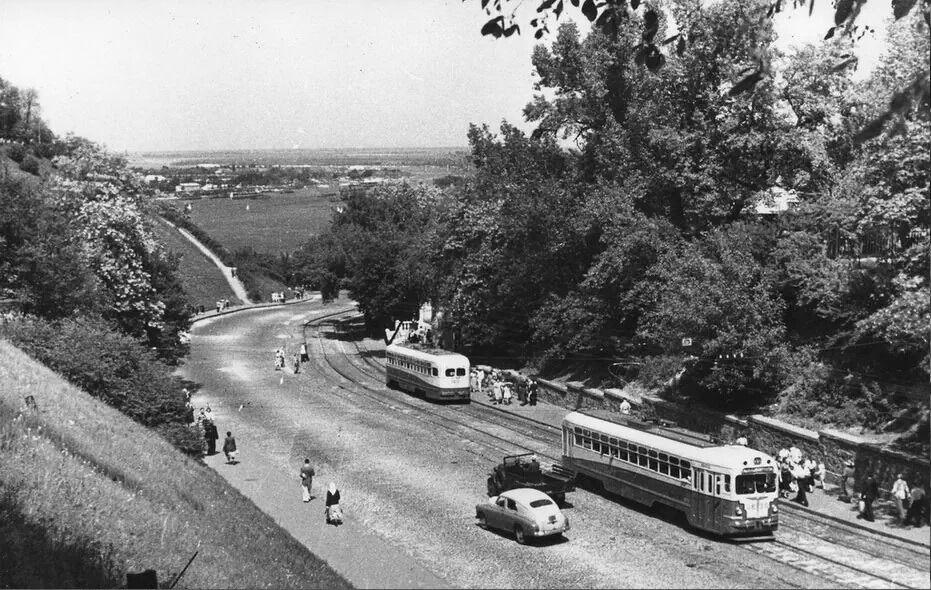 Владимирский спуск ранее имел трамвайную колею, которая соединяла Разделение и верхней Киев