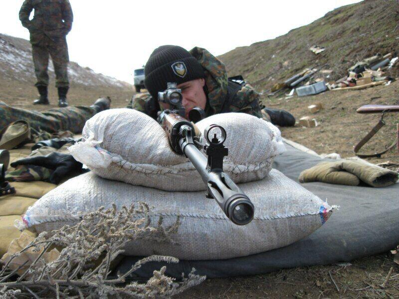 Дмитрий Анцупов во время практической стрельбы на полигоне, Украина
