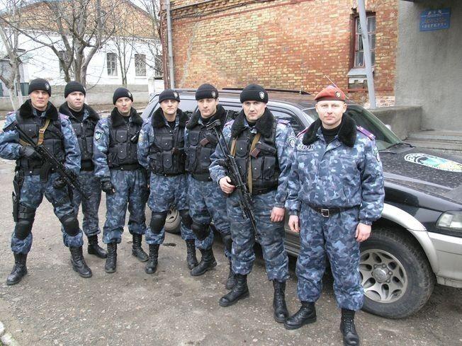"""По месту расположения николаевского """"Беркута"""". Дмитрий Анцупов – первый слева. Фото сделано не раньше ноября 2008 года"""