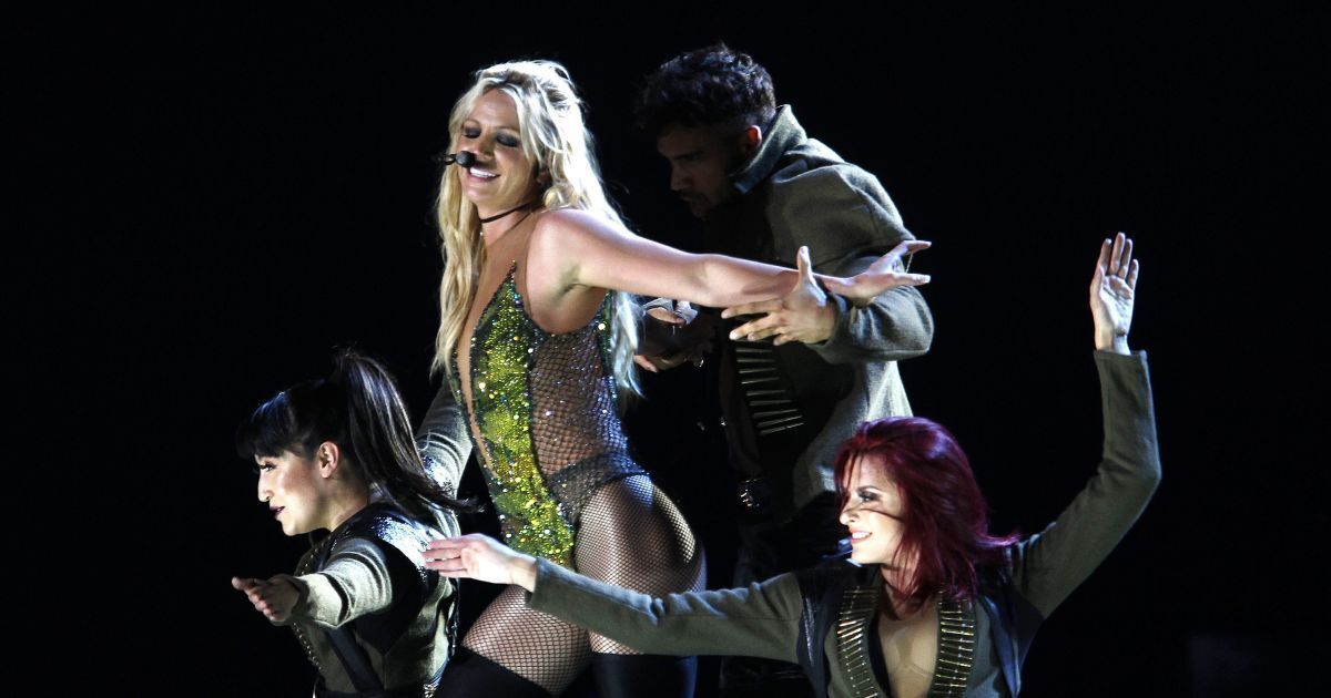 Бритни Спирс представила песню Swimming In The Stars