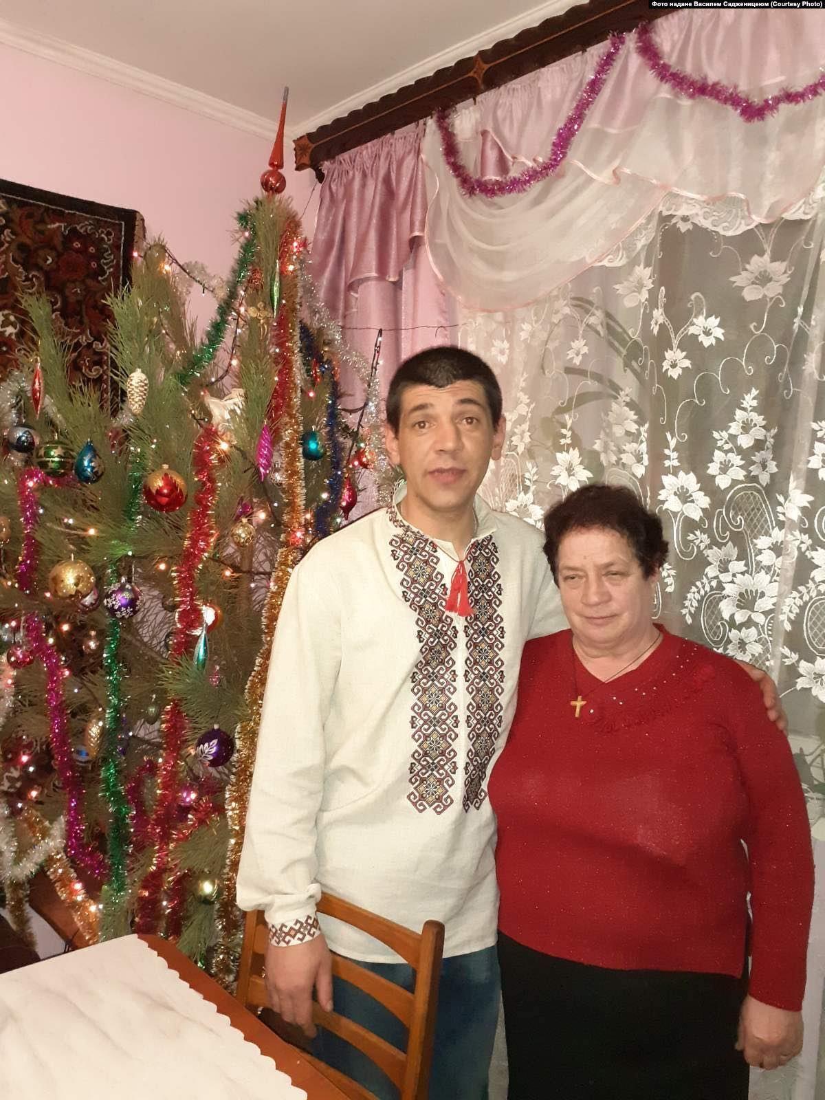 Василь разом із мамою Дарією Садженицею