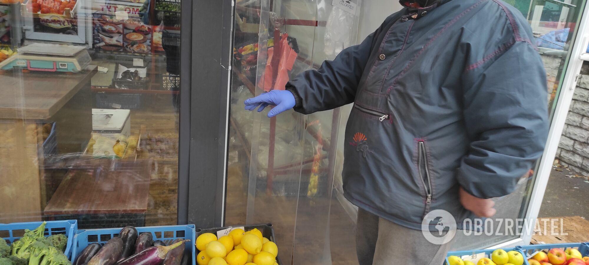 Некоторые продавцы носят одну перчатку.