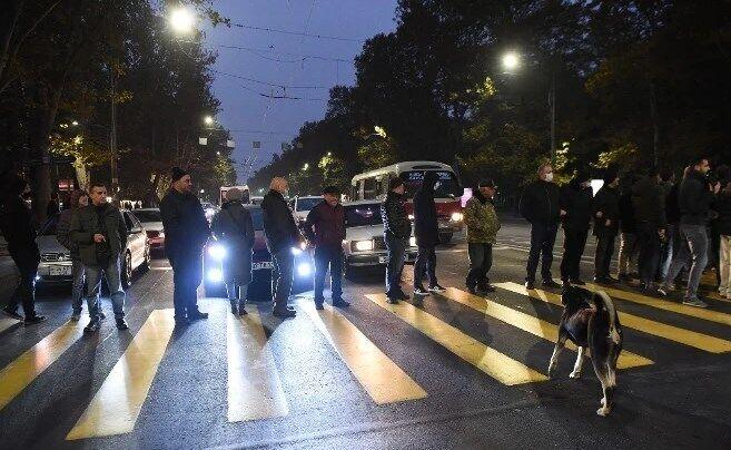 Протестующие перекрывали улицы в Ереване.