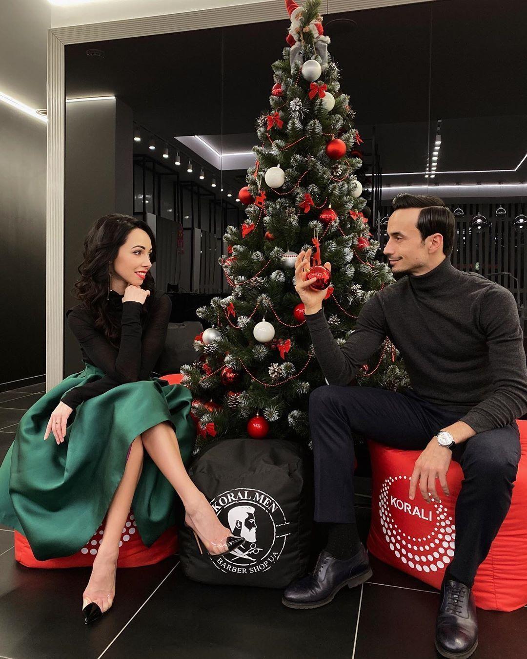 Катерина Кухар та Олександр Стоянов біля новорічної ялинки.