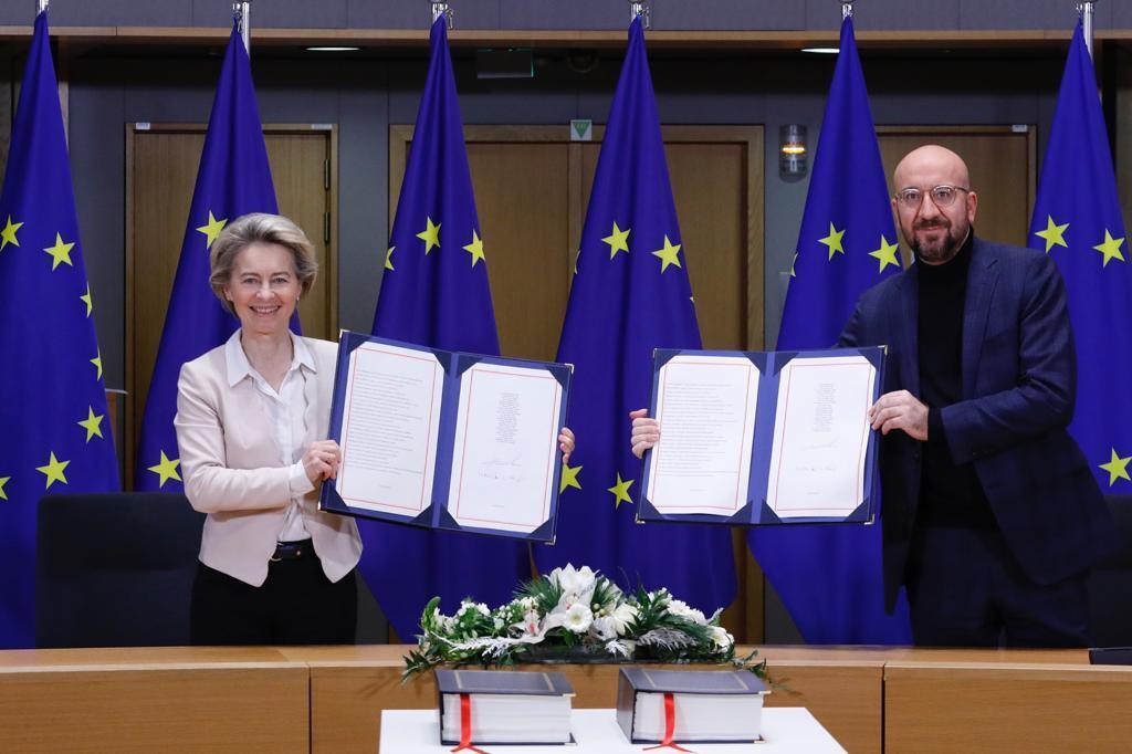 Урсула фон дер Ляйен и Шарль Мишель при подписании соглашения по Brexit