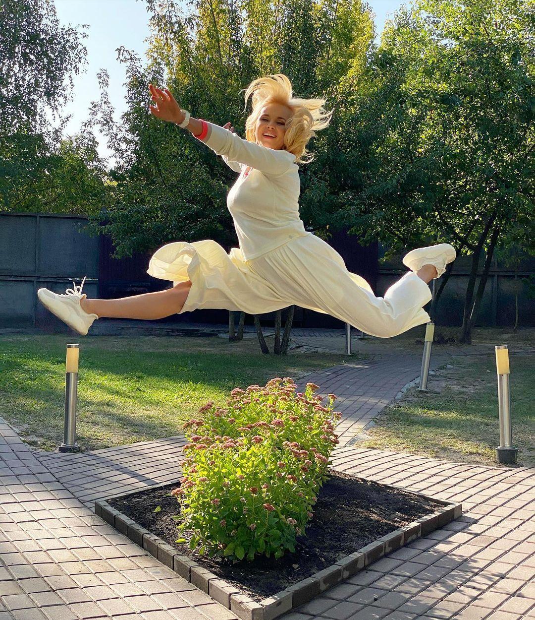 Лілія Ребрик часто демонструє в соцмережі свою розтяжку і спортивну форму