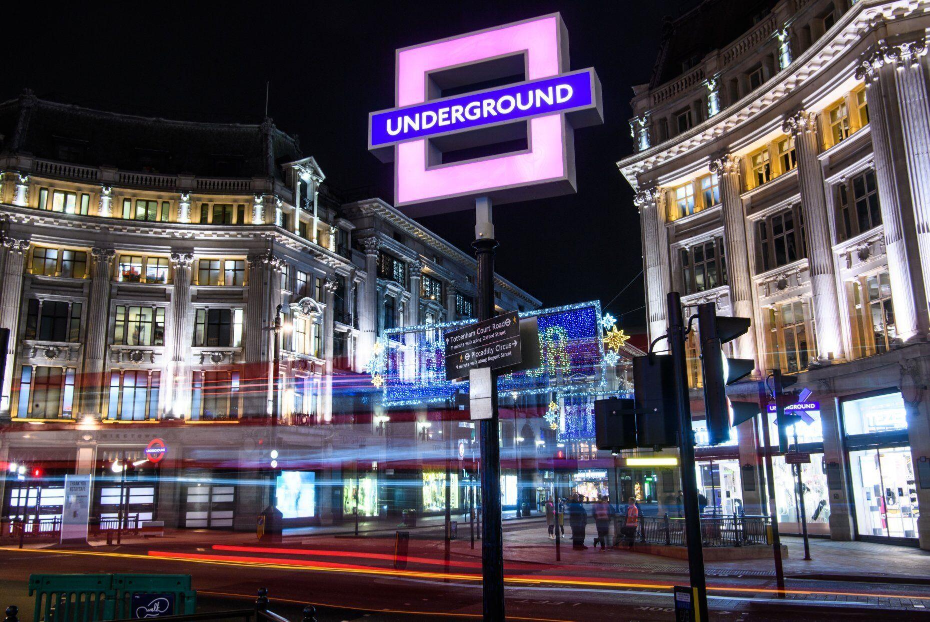 Метро Oxford Circus в Лондоні перед виходом PlayStation 5.