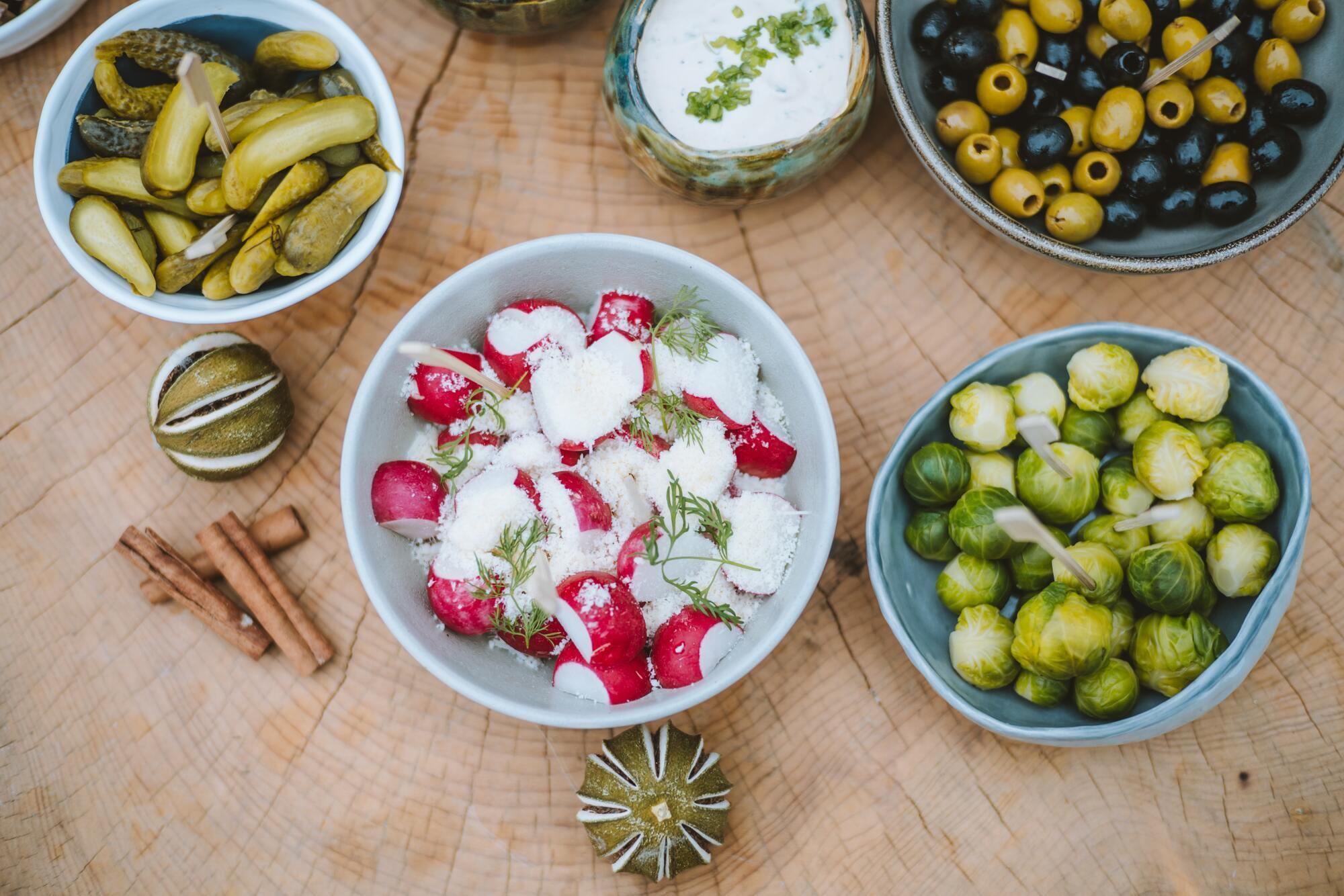Овочі на святковому столі.