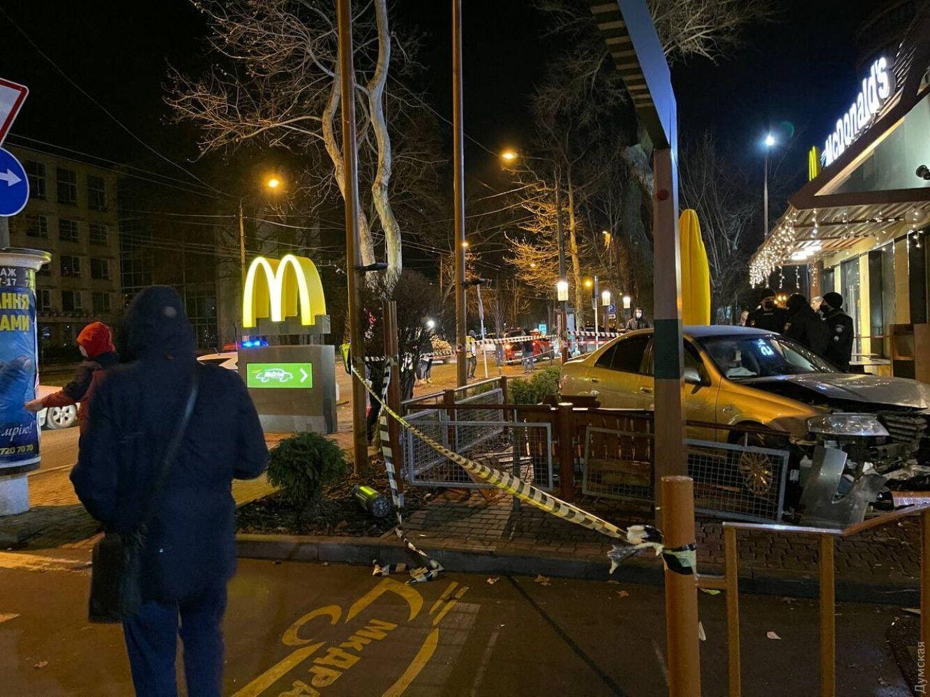Nissan Almera влетів на терасу McDonald's