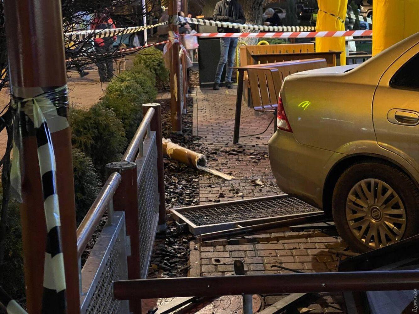 Авто знесло огорожі
