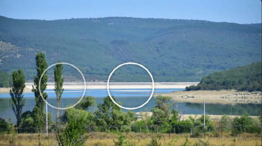 В июле посреди водоема начали появляться небольшие по площади островки