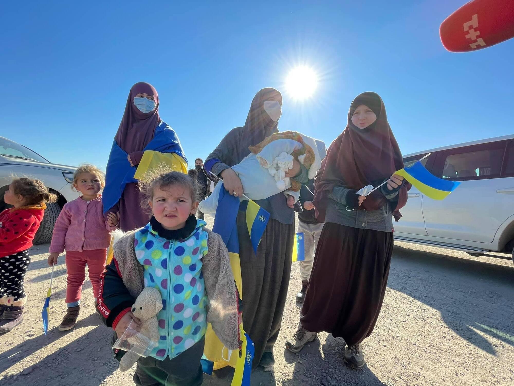 Две женщины и их семеро детей уже сегодня должны оказаться в Украине.