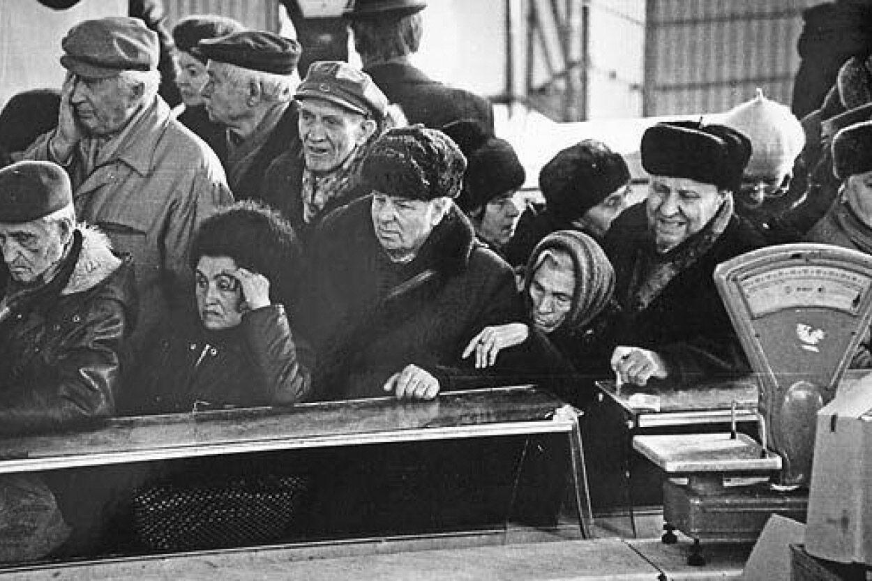 Фото передає вираз обличь і настрій радянських громадян, які стоять у черзі