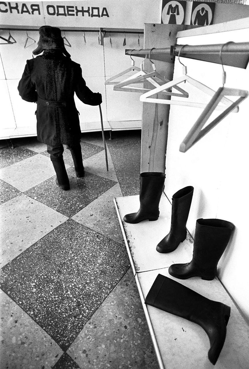 Порожні вішалки у відділі одягу універмагу в СРСР