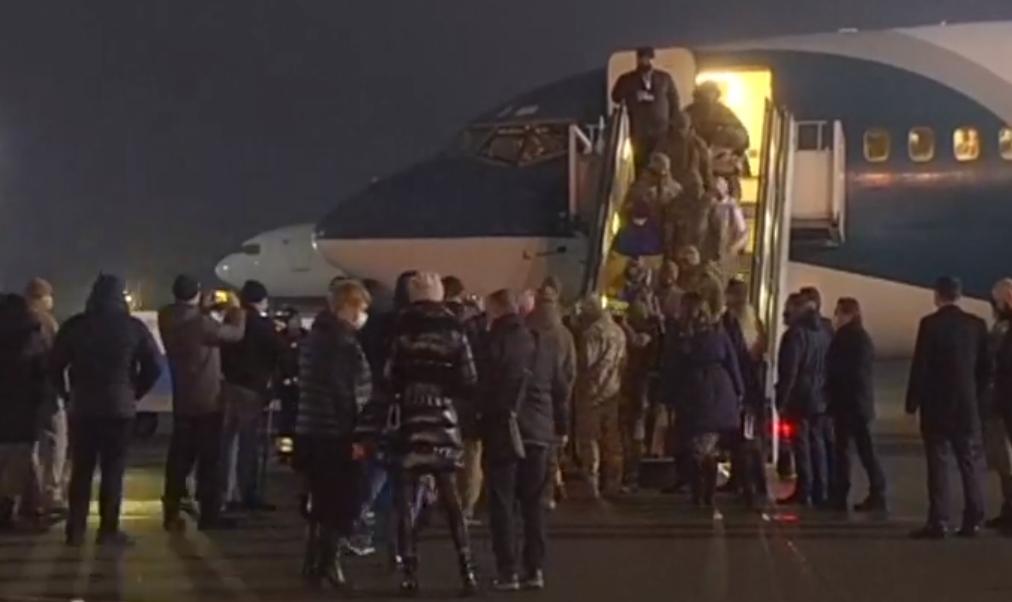 В аэропорту беженцев встречали журналисты