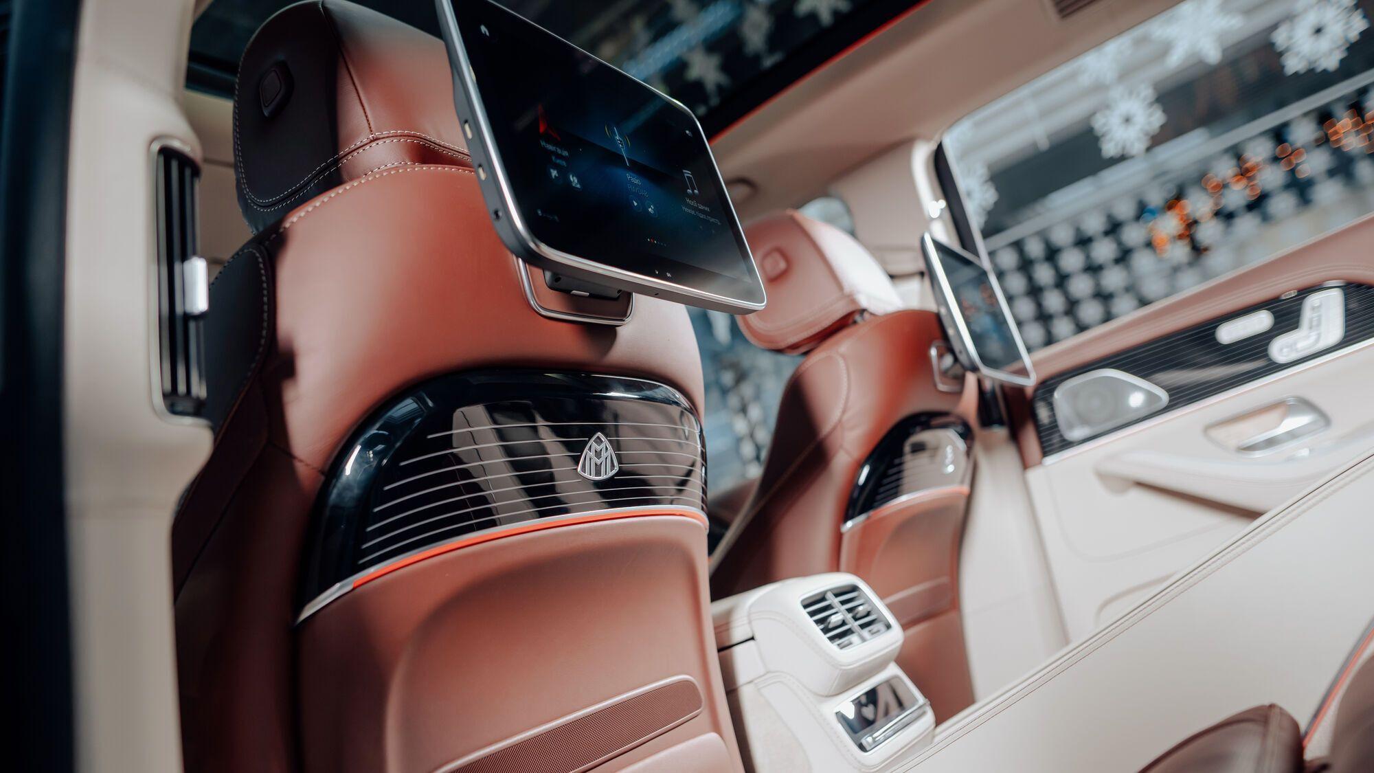 Для задних пассажиров предусмотрены индивидуальные сенсорные дисплеи