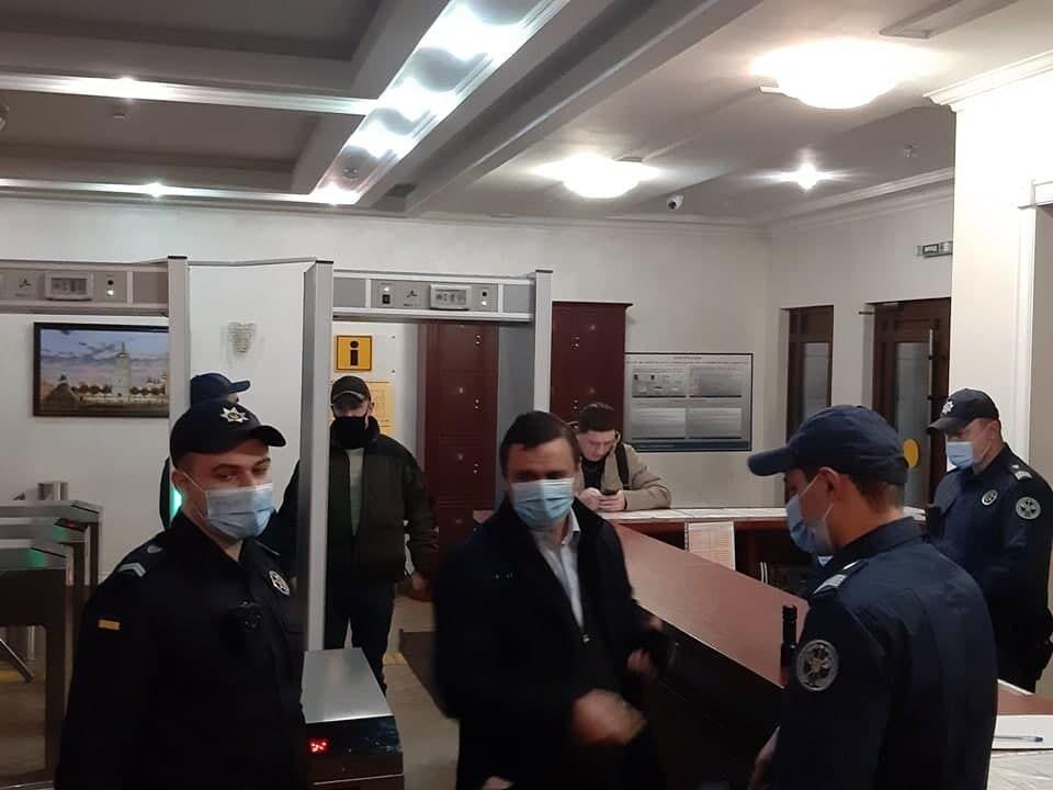 Максим Микитась пришел в суд.