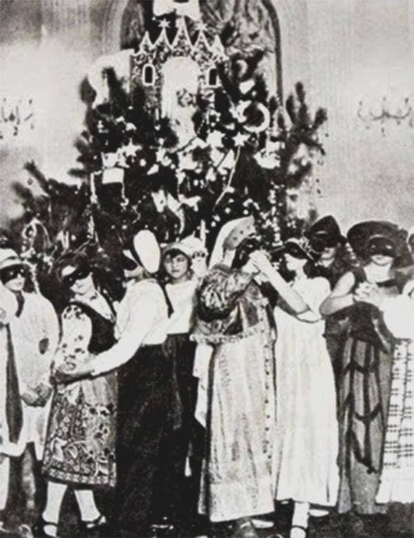 Дети возле первой новогодней елки в СССР