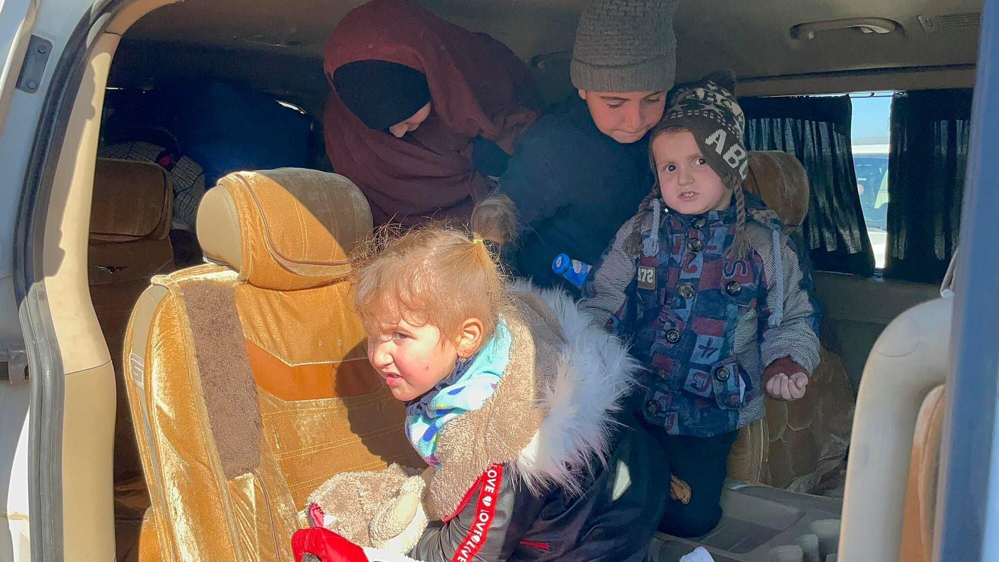 Українських жінок і дітей звільнили з сирійського табору. Перші фото