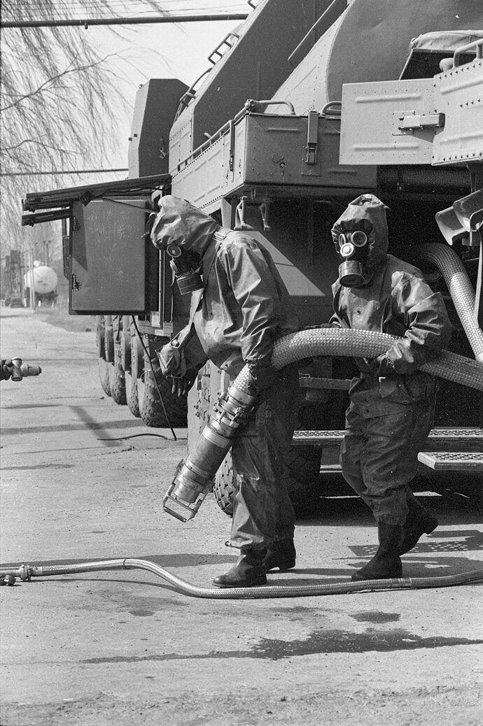 Ракетное топливо во время демонтажа ядерной ракеты СС-19 перекачивают для отправки к месту утилизации. Первомайск, март 1994 года