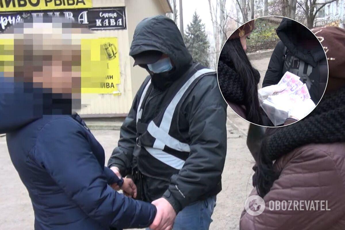 Женщину задержали при получении денег