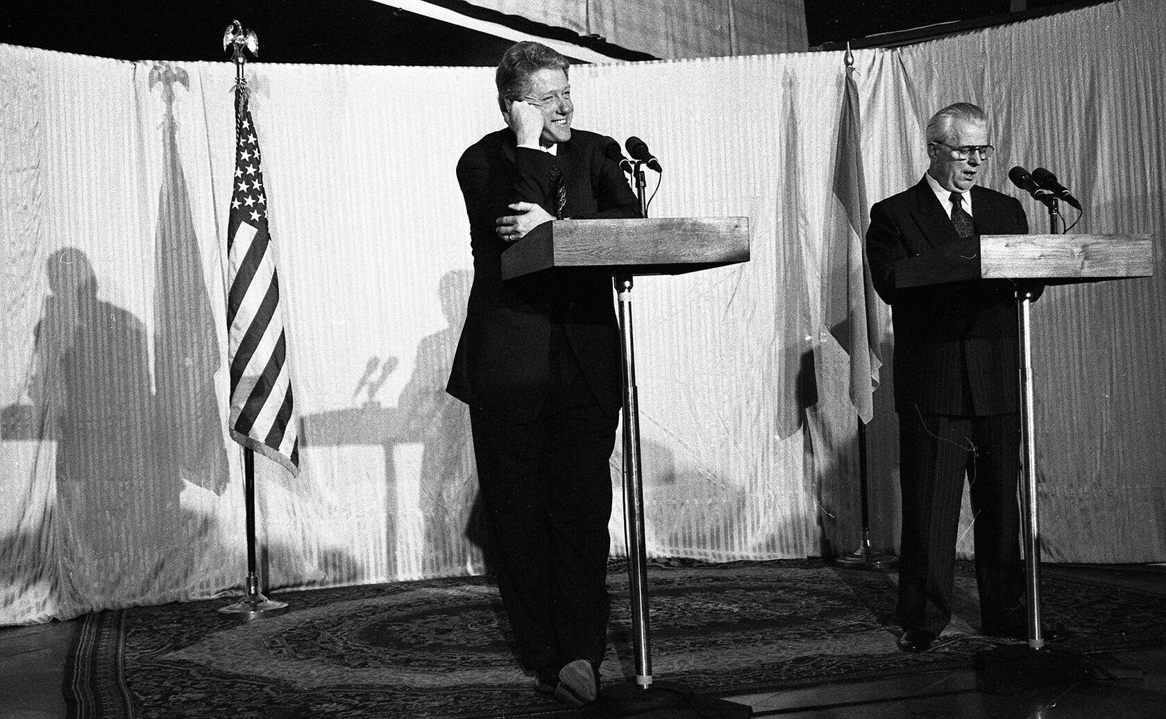 """Леонид Кравчук и Билл Клинтон. Пресс-конференция, аэропорт """"Борисполь"""", 12 января 1994 года"""