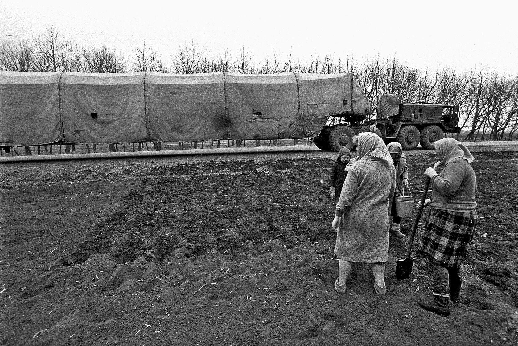 Колонна с демонтированной ракетой СС-19 проходит мимо людей, сажающих картошку. Первомайск, Николаевская область, март 1994 года
