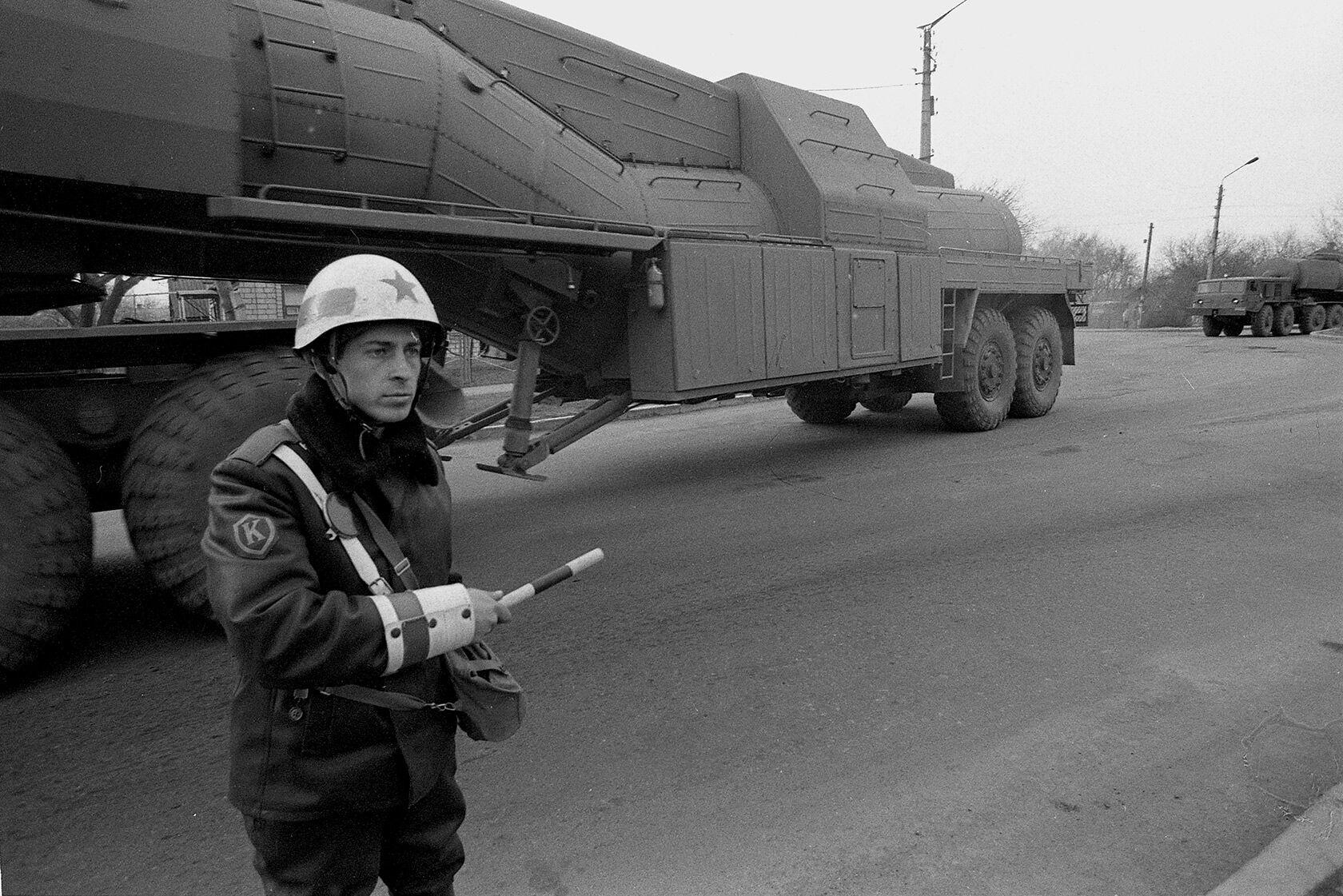 Колонна с демонтированной ракетой СС-19. На снимке видна цистерна для перевозки ракетного топлива. Первомайск, Николаевская область, март 1994 года