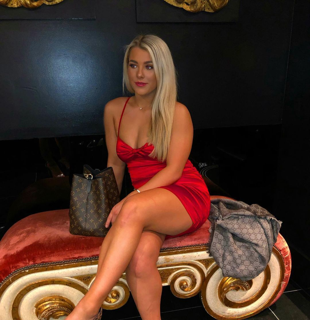 Меделін Райт у червоній сукні