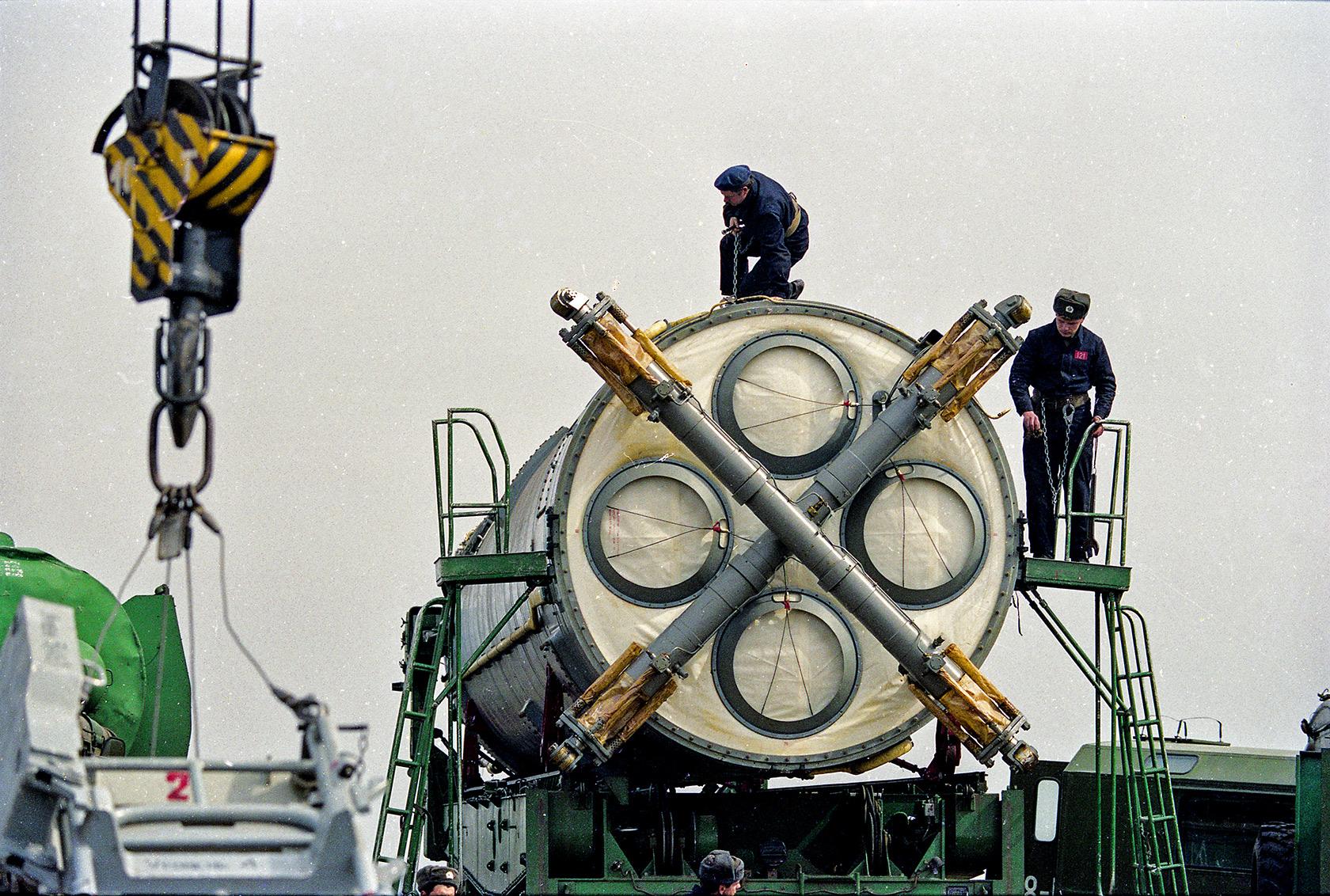 Ракету СС-19 готовят для перевозки. Первомайск, Николаевская область, март 1994 года