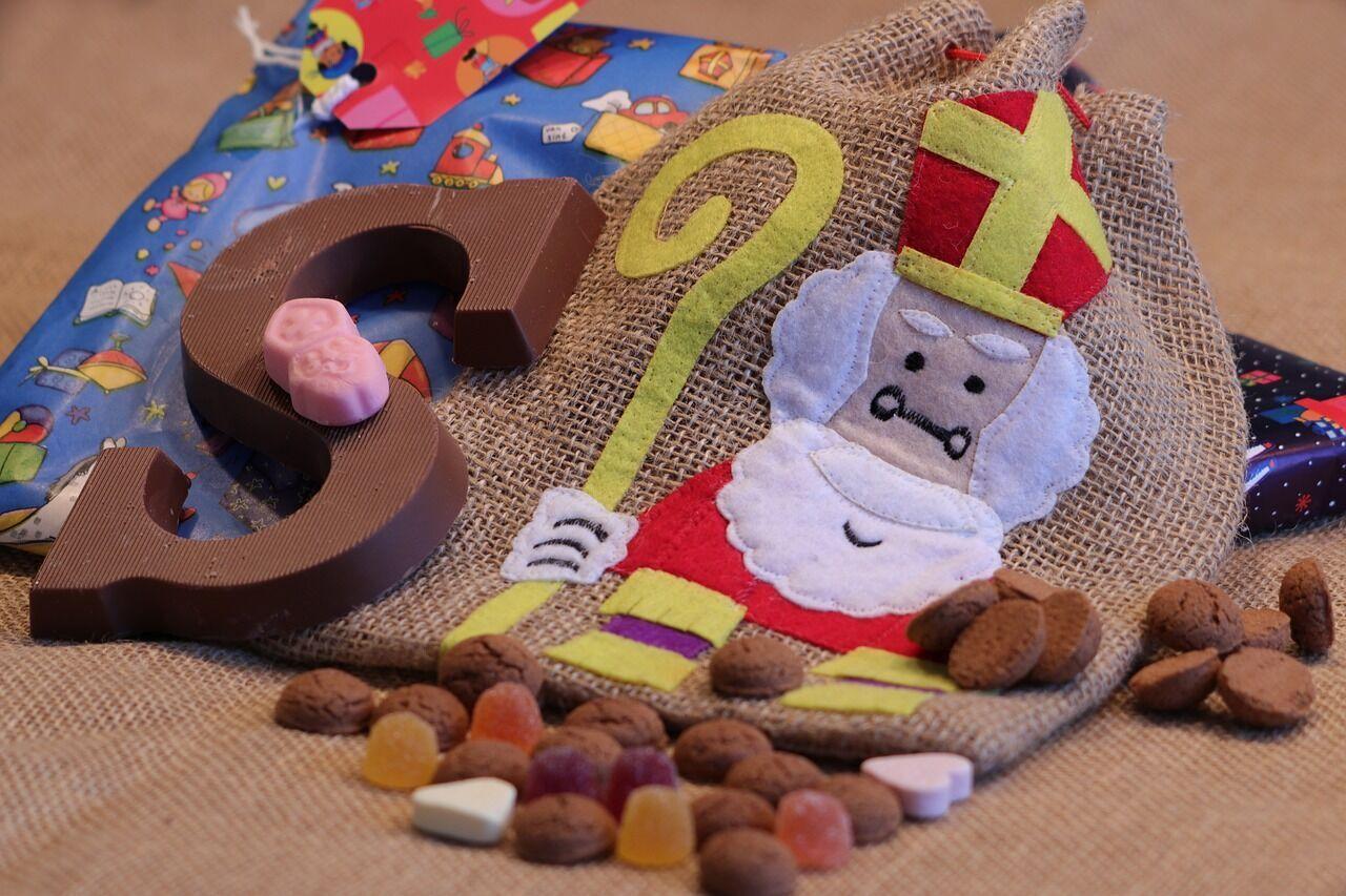 Святий Миколай приносить подарунки дітям в переддень свята