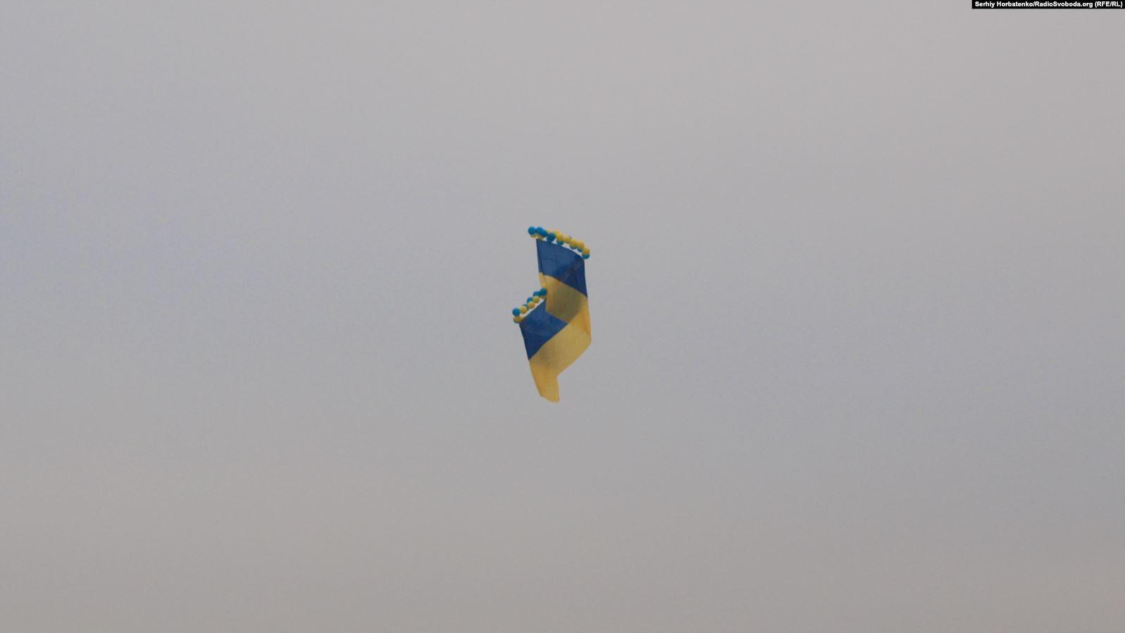 Прапор має розмір 20 на 6 метрів