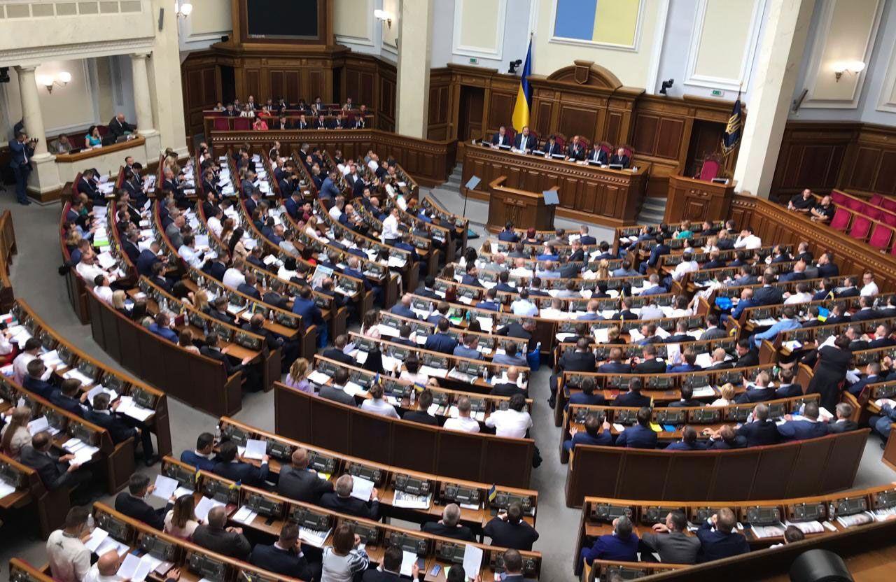 Новим законом Верховна Рада перешкоджає Кабінету міністрів в обхід парламенту призначати керівників міністерств без офіційного міністерського портфеля