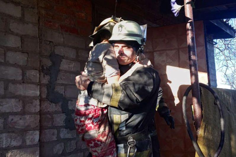 Спасатели достали из-под завалов девочку