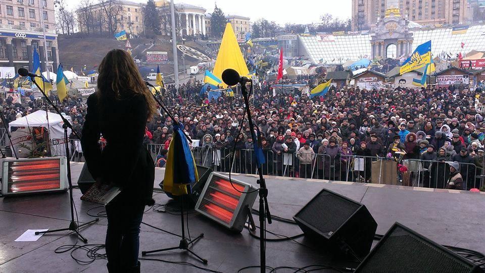 Злата-Зоряна Паламарчук читает свою поэзию со сцены Майдана