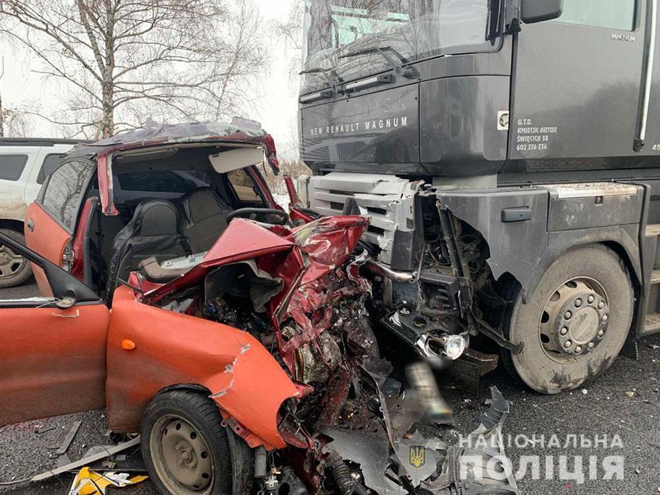 22-річний водій та 27-річний пасажир легковика загинули на місці