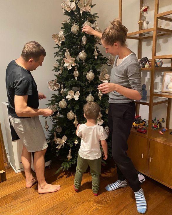 Осадчая и Горбунов с сыном украшают елку