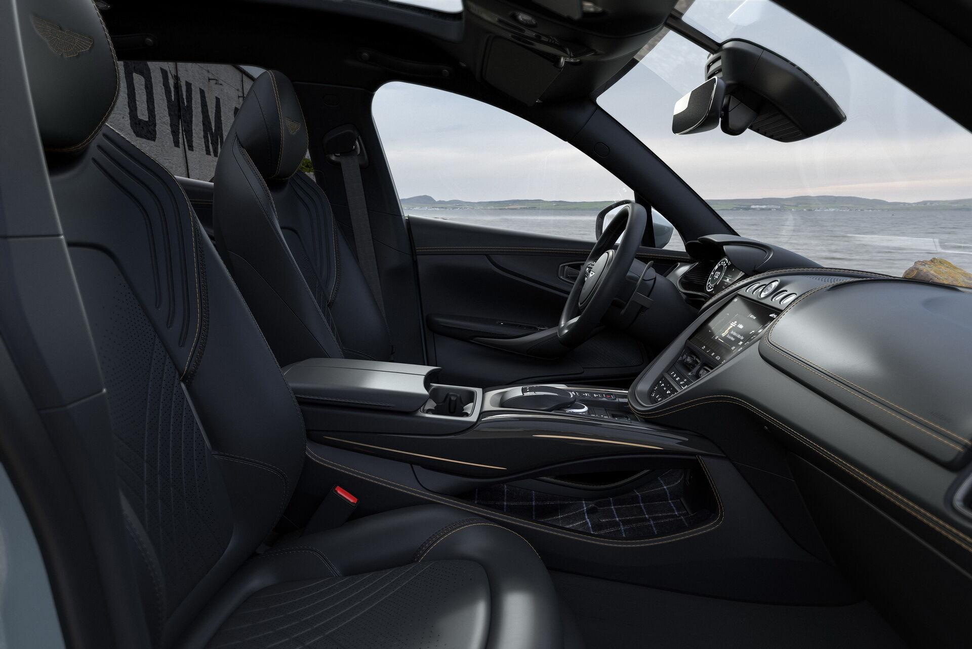 Салон Aston Martin DBX Bowmore Edition може бути як однотонний – Obsidian Monotone...