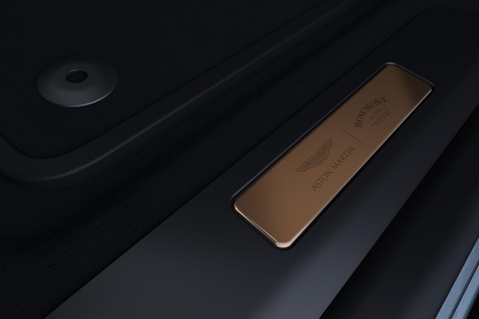 Aston Martin DBX Bowmore Edition прикрашають мідні елементи декору, виготовлені зі старих перегінних кубів