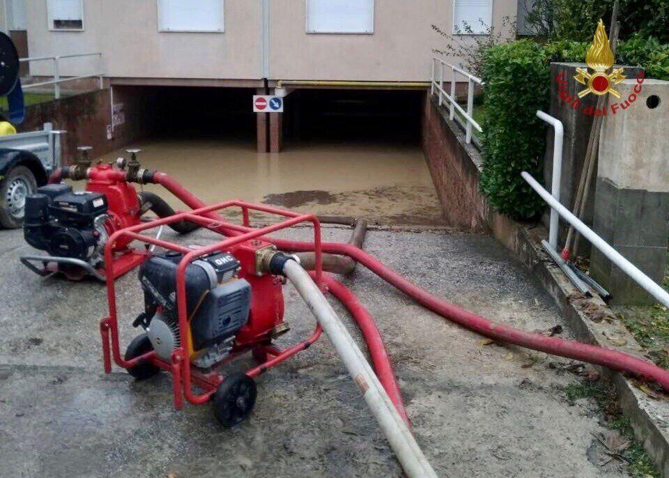 Спасатели откачивают воду из затопленного подвала