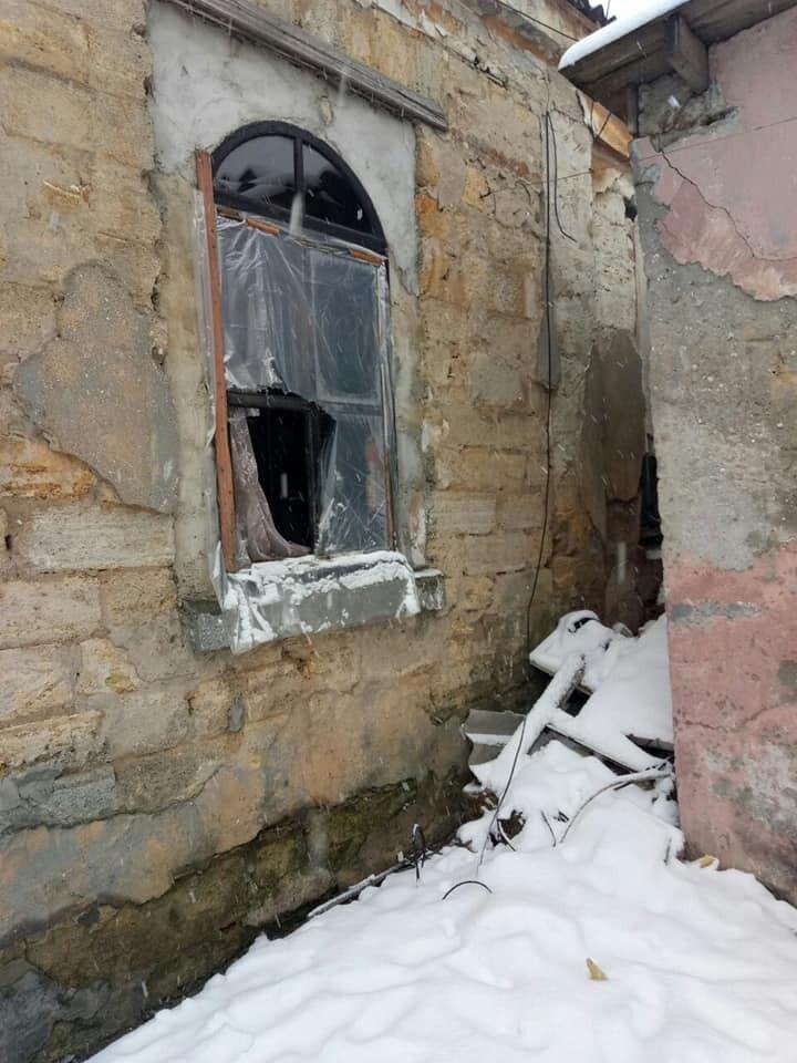 Сім'я жила в будинку без вікон, світла і тепла