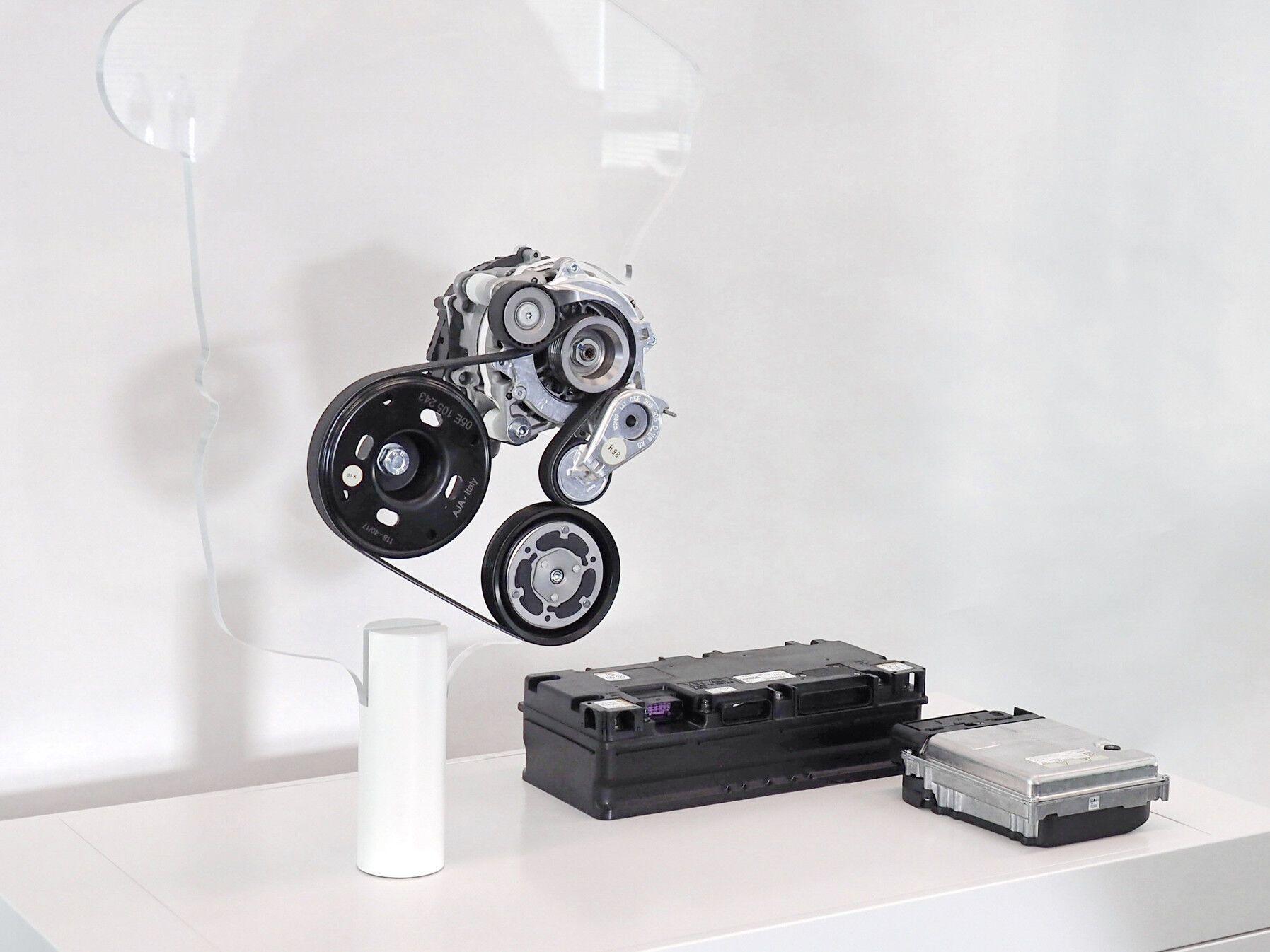 Компоненты гибридной системы mild hybrid для использование с мотором TSI: стартер-генератор на 48 В, литий-ионная батарея и преобразователь постоянного тока