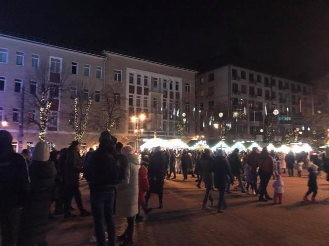 """Хмельнитчина играет с жизнями, """"забив"""" на карантин: город вовсю готовится к праздникам перед локдауном"""